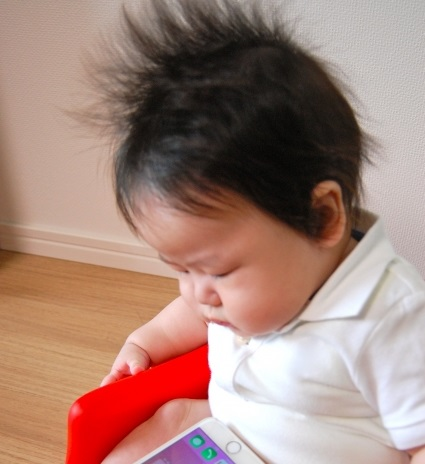 髪の毛が逆立つ赤ちゃん