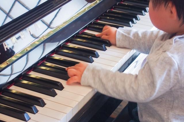 ピアノを触る子供