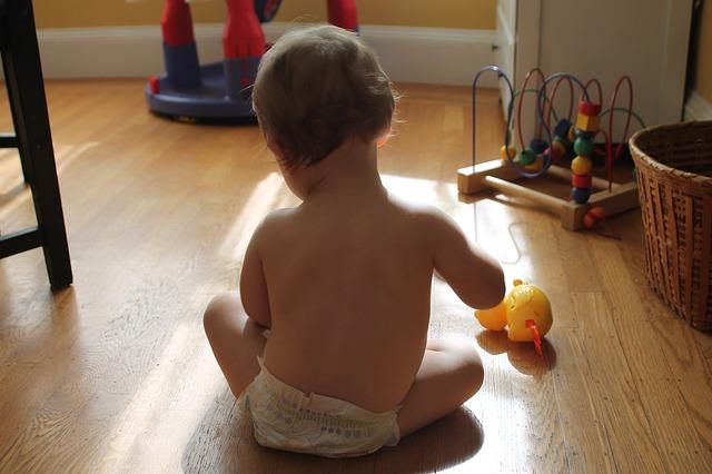 おむつで遊ぶ赤ちゃん