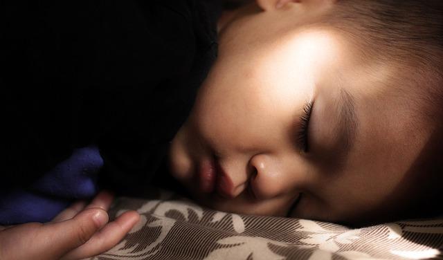 一人で寝る子供