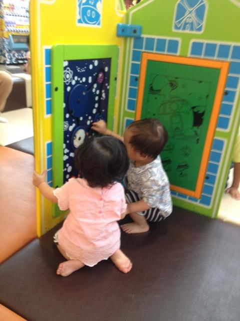 二人で遊ぶ赤ちゃん